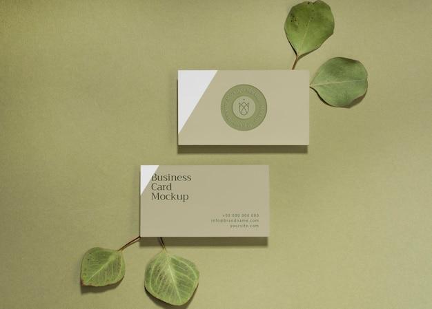 Plat lag visitekaartjes met bladeren