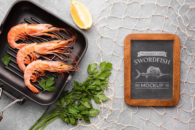 Plat lag zee voedselsamenstelling met schoolbord mock-up