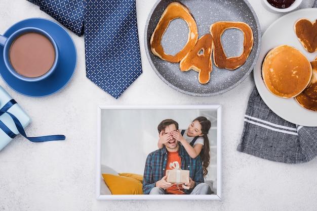 Plat leggen foto voor vaderdag met pannenkoeken en koffie