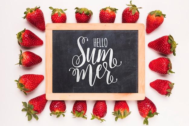 Plat leggen leisteen mockup met aardbeien