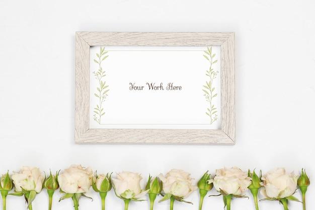 Plat leggen mockup beige fotolijst met bloemen