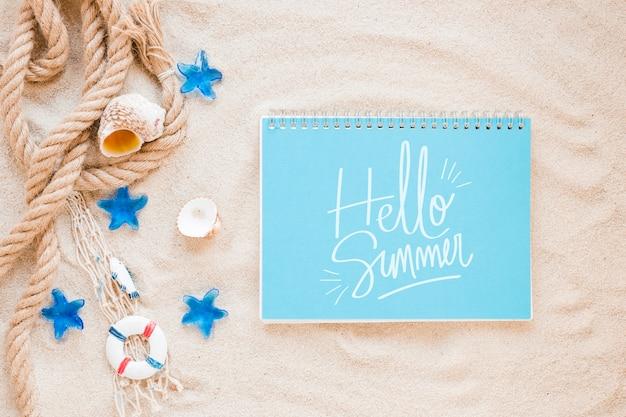 Plat leggen notepad mockup met zomer elementen