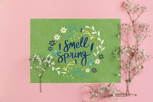 Plat leggen papieren kaart mockup met lente concept