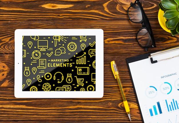 Plat leggen regeling met tablet op houten achtergrond