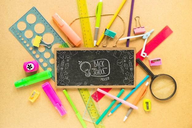 Plat leggen schoolbord en pennen arrangement
