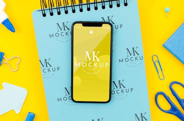 Plat leggen smartphone mock-up op klembord