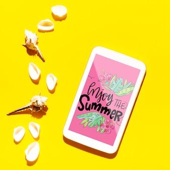 Plat leggen smartphone mockup met zomer elementen