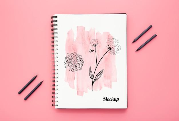 Plat leggen van bureau oppervlak met notebook en potloden