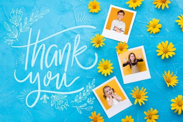 Plat leggen van foto's en bloemen op blauwe achtergrond