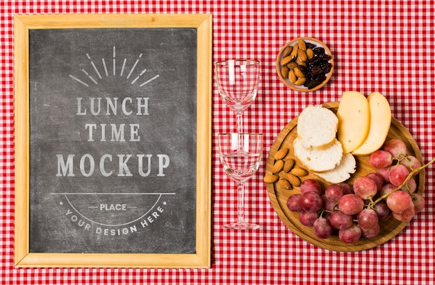 Plat leggen van frame met glazen en eten voor de picknick