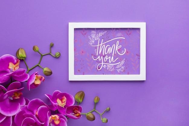Plat leggen van frame mock-up op paarse achtergrond