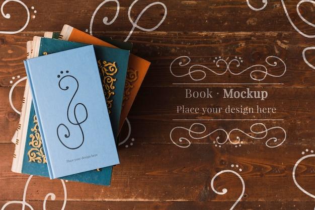 Plat leggen van gestapelde boeken
