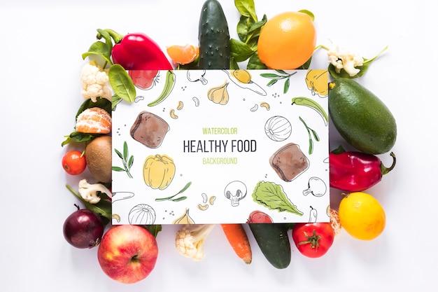 Plat leggen van gezond voedsel met kaartmodel