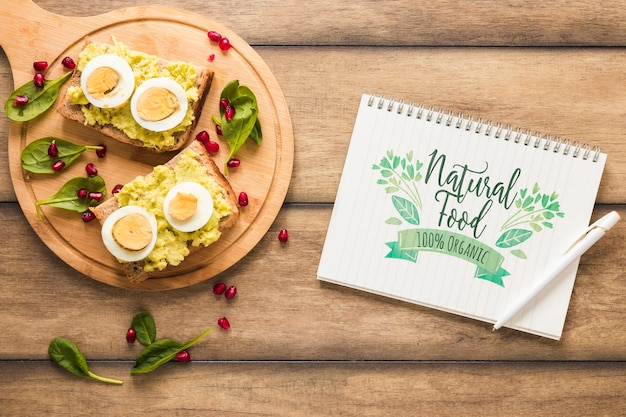 Plat leggen van gezond voedsel met notitieblok mockup