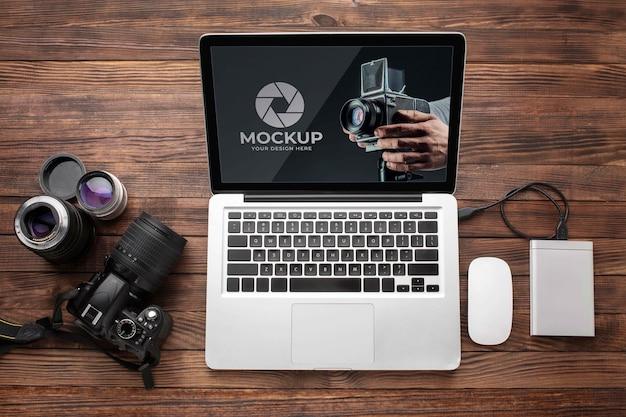 Plat leggen van houten werkruimte voor fotograaf met laptop