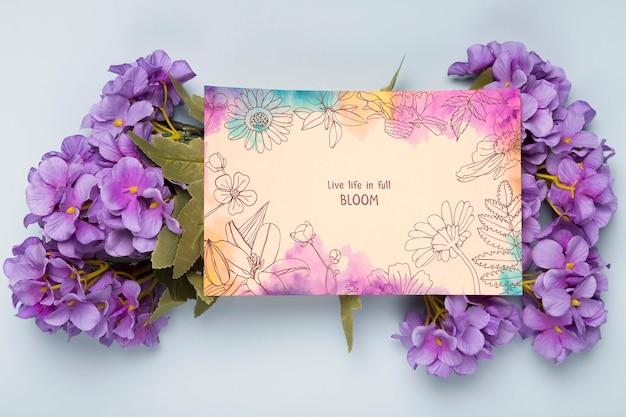 Plat leggen van kaart met lentebloemen