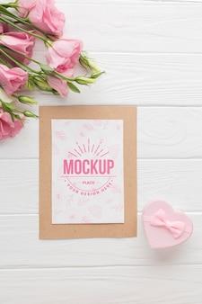 Plat leggen van kaart met roze rozen