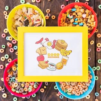 Plat leggen van kleurrijke ceareals met frame mockup op houten tafel