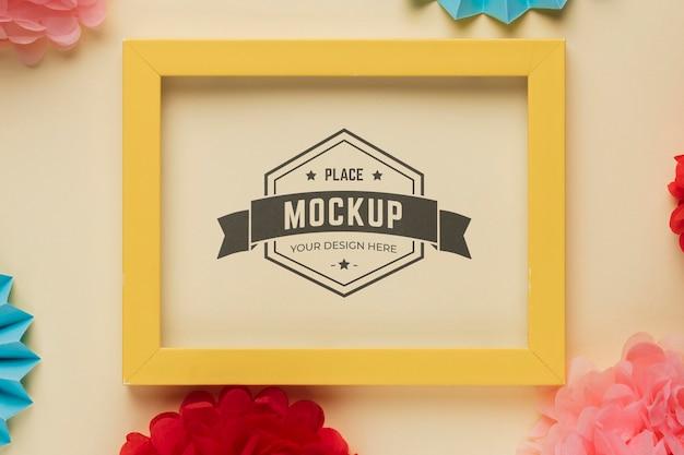 Plat leggen van mock-up frame met veelkleurige decoraties