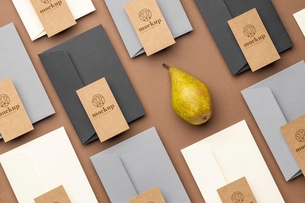 Plat leggen van papieren briefpapier met peer
