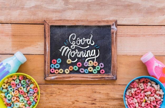 Plat leggen van schoolbord en ontbijtgranen op houten tafel