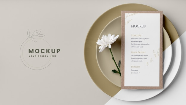 Plat leggen van tafelarrangement met lentemenu mock-up en bloem