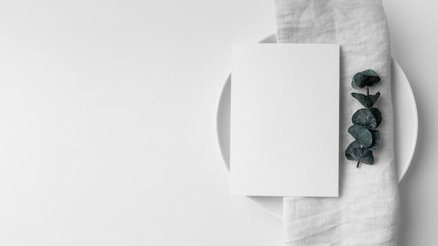Plat leggen van tafelopstelling met mock-up van het lentemenu en kopieerruimte