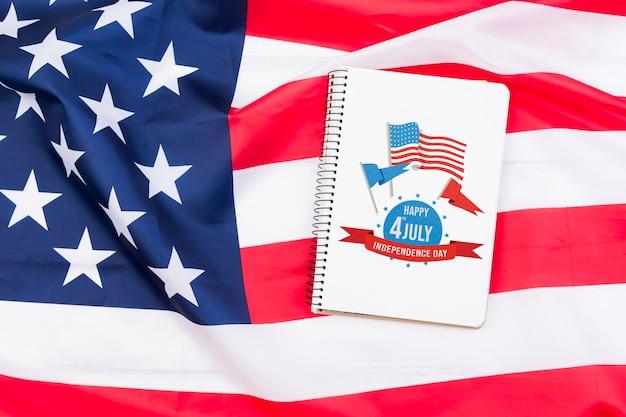 Plat leggen voor onafhankelijkheidsdag mockup met kladblok