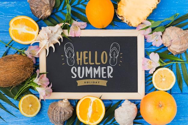 Plat leisteen mockup met zomerelementen