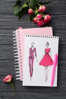 Plat notebookmodel en briefpapier in de buurt van koffie en toetsenbord