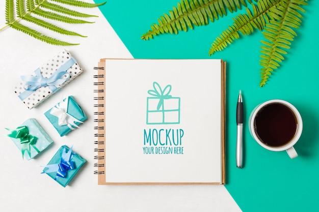 Plat notebookmodel naast verjaardagsgeschenken