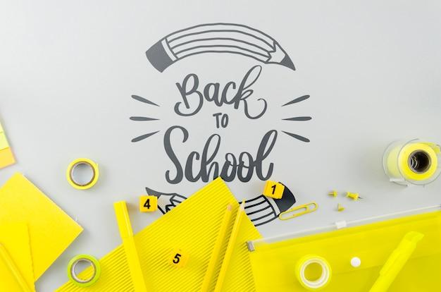 Plat terug naar school met gele voorraden