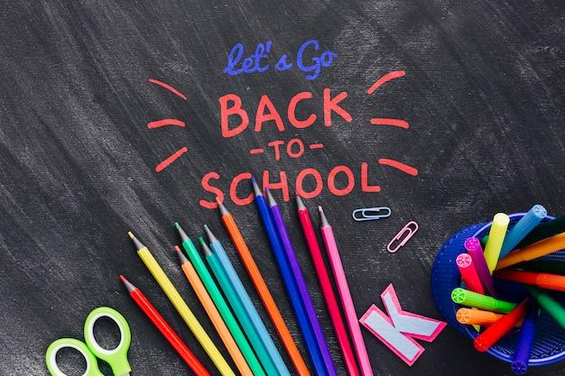 Plat terug naar school met kleurrijke benodigdheden