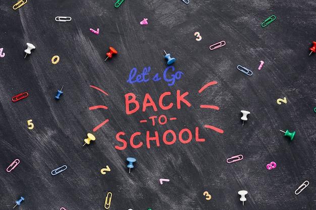 Plat terug naar school met kleurrijke pinnen