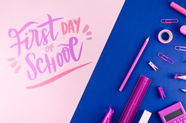 Plat terug naar school met paarse benodigdheden