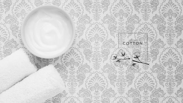 Plat van body butter cream op gewoon achtergrondmodel