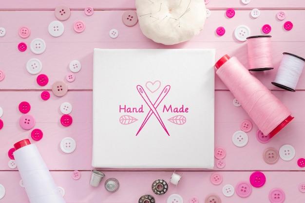 Platliggend arrangement met roze draad