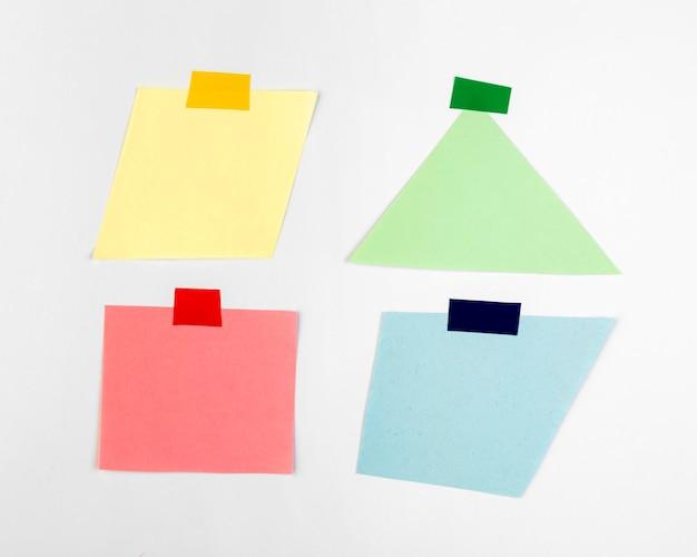 Platliggend arrangement van mock-up stickers
