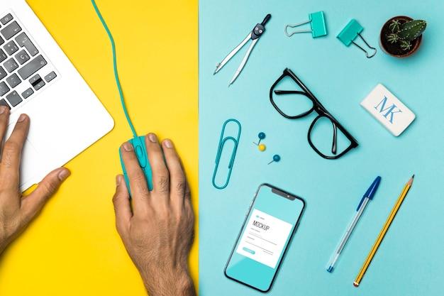 Platliggend bureau en apparaten