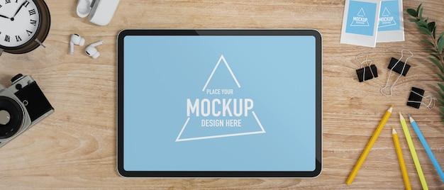 Platliggend studeertafel tabletmodel met cameraklok oordopjes op houten tafel online studie