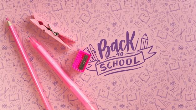 Platliggende decoratie met roze schoolbenodigdheden