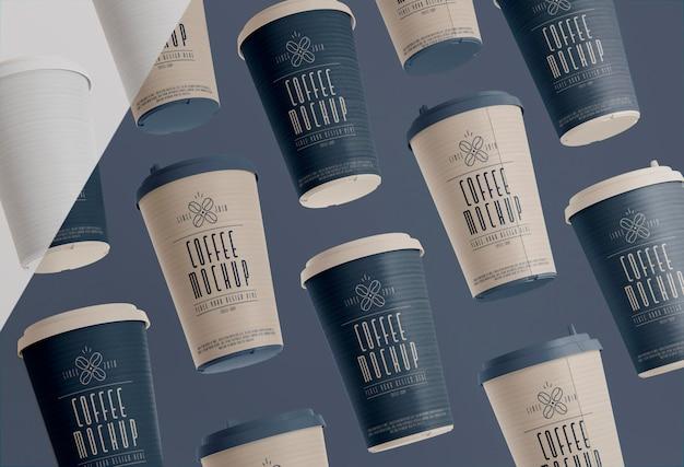Platliggende koffiebranding met kopjes