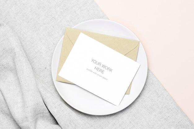 Platliggende mockup-ansichtkaart met envelop op canvas