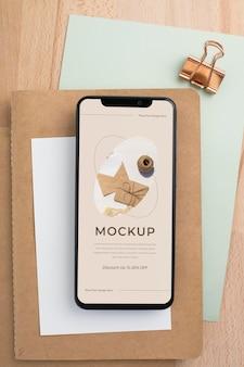 Platliggende smartphone op bureaumodel