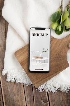 Platliggende smartphone op een houten bord