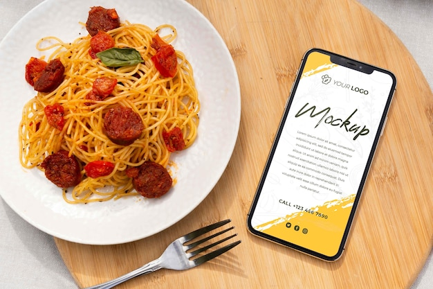 Plato de chorizo con smartphone de maqueta