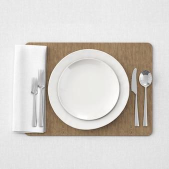 Platos y cubiertos sobre bandeja de madera.