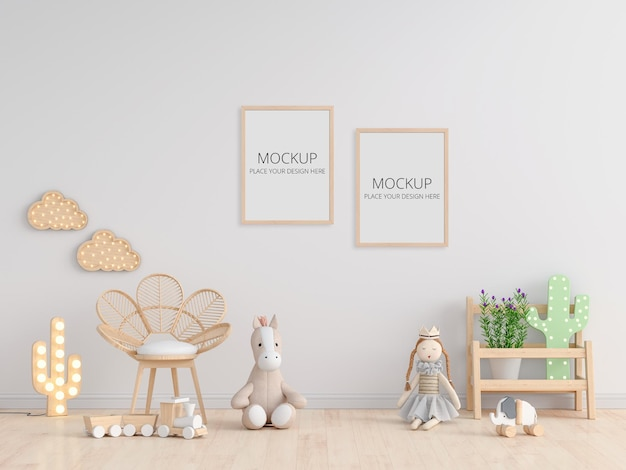 Pop op verdieping in witte kinderkamer met frame