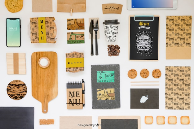 Porta via il mockup del cibo con vari oggetti