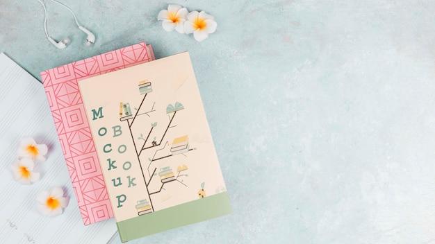 Portada del libro de maquetas y flores sobre fondo de espacio de copia